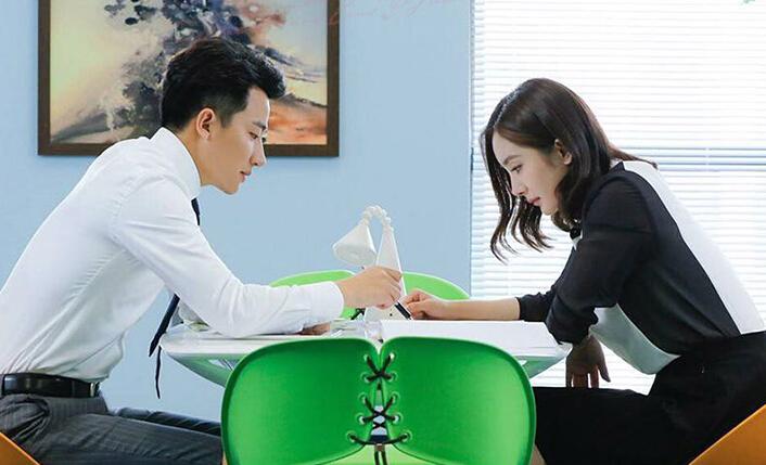 亲爱的翻译官杨幂同款条纹拼接连衣裙品牌为Koradior/珂莱蒂尔